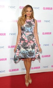 La cantante Alesha Dixon con un vestido en tonos rosados de la colección Spring 2014.