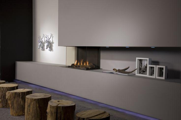 Specificaties:  Gesloten systeem haard Brander: Flat-Burner® Brander decor: houtset(standaard)carrara kiezel of grijze splitsteen (meerprijs) Vermogen (kW):7.7 Bediening: Afstandsbedieningmet thermostaat-functie Verbrandingskamer: Achterwand staalvlak Incl. bedieningsluik, set convectieroosters