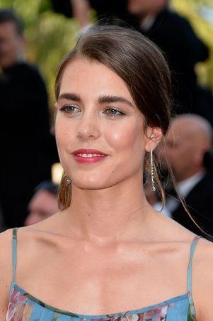 Charlotte Cassiraghi con aretes de oro blanco con diamantes de Montblanc / Charlotte Cassiraghi with Montblanc earrings of white gold and diamond.