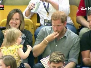 Le Prince Harry s'amuse avec une petite fille, la vidéo hilarante