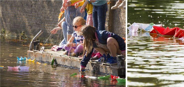Kinderen laten hun gevouwen bootjes te water tijdens het initiatief van Liesje Doet, evenement fotografie Sandra Stokmans