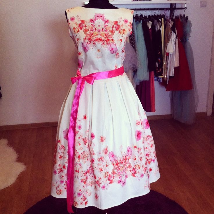 Rochie din bumbac imprimat cu flori colorate. Un deliciu, de vara!