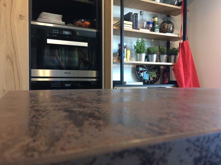 Il forno è rialzato per cucinare senza fatica, l'anta in legno nasconde un comodo frigorifero, lo scaffale tiene tutto a portata di mano: in cucina sono questi piccoli dettagli di stile e funzionalità a fare la differenza.  #dettagli #cucina #cucine #stile #consiglidistile #casamia #arredare #arredamento #arredarecasa