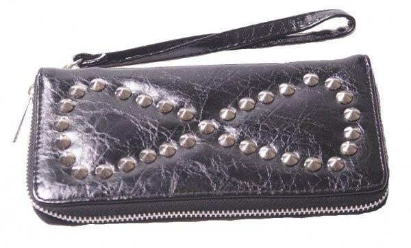 Zwarte portemonnee met studs Zwarte portemonnee met studs. In de binnenkant plek voor pasjes en een vakje met rits. inclusief hengseltje. afmeting 20 x 10 cm
