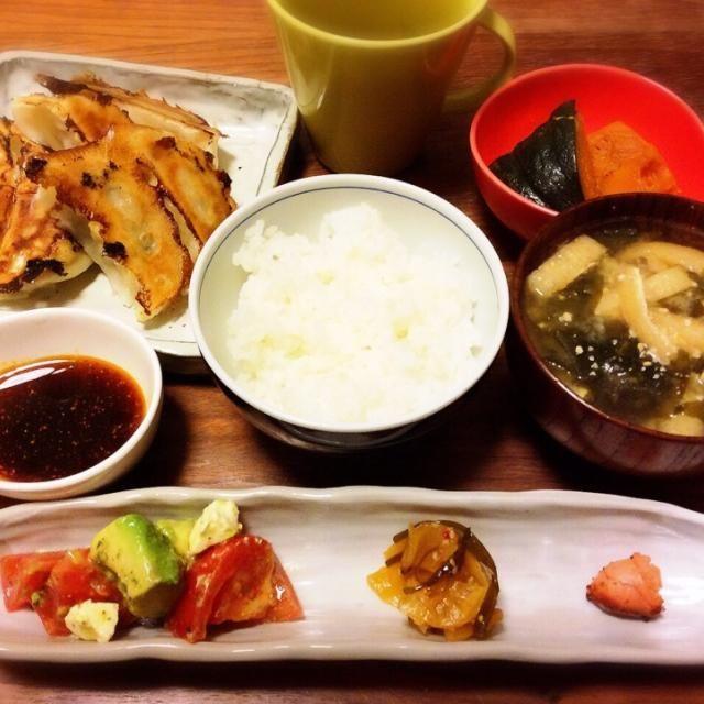 今日の夕飯( ´ ▽ ` )ノ 肉を食べるはずが買い物が面倒で冷凍餃子を食べることにした(^^;; かぼちゃと焼きたらこはお弁当用の、サラダはお昼の残り… - 57件のもぐもぐ - 焼き餃子、かぼちゃの煮物、わかめと油揚げのお味噌汁 2015.3.5 by kirahime