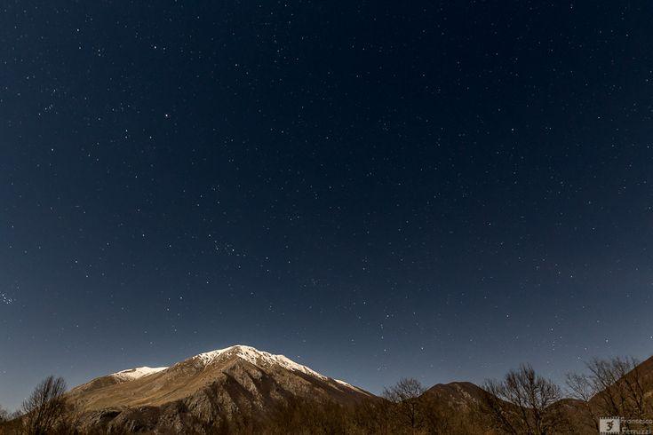 """Monte Forcone, Monte Marsicano e Monte Calanga visti da """"La Camosciara"""" - Parco Nazionale d'Abruzzo #abruzzo #notte #stelle"""