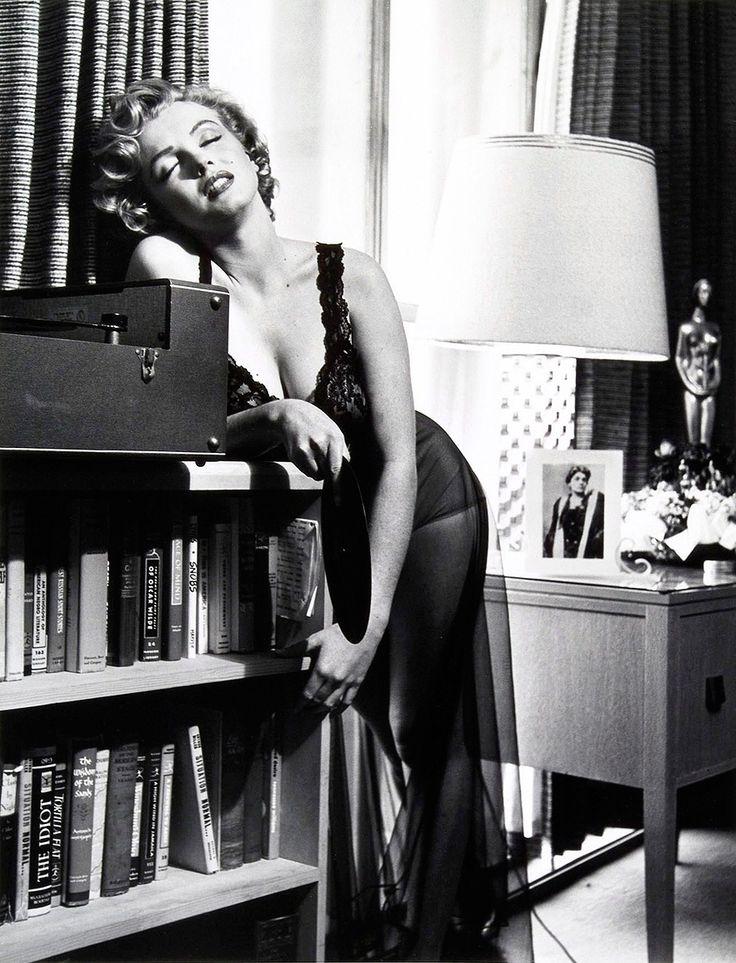 Marylin Monroe très sexy en chemise de nuit
