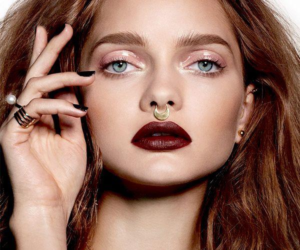 Τα μπορντό χείλη πρωταγωνιστούν τους τελευταίους χειμώνες στα αγαπημένα μας beauty trends που δε θέλουμε ποτέ να ξεπεράσουμε. Συνήθως είναι εκείνα που τονίζονται περισσότερο σε ένα μακιγιάζ, κρατώντας σε μίνιμαλ επίπεδα τα υπόλοιπα χαρακτηριστικά του προσώπου, όμως ο οίκος Chanel δίνει μία παραλλαγή με έντονα φρύδια και glossy βλέφαρα που ερωτευτήκαμε με την πρώτη ματιά.. http://pressmedoll.gr/glossy-vlefara-ke-bornto-chili-vima-vima-to-apolito-makigiaz/#sthash.3GkA5Wvv.dpuf
