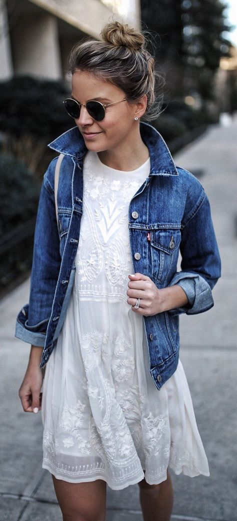 Weiße Spitzenkleider lassen sich toll mit Casual Items kombinieren, wie mit dieser Jeansjacke! Spring Outfits: Denim Jacket & White Lace Dress / Sommer Mode Frauen / Sommer Outfits Frauen / Summer Fashion Women | Stylefeed