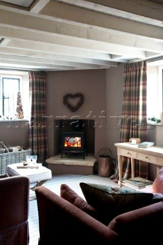 Corner log burner with hearth