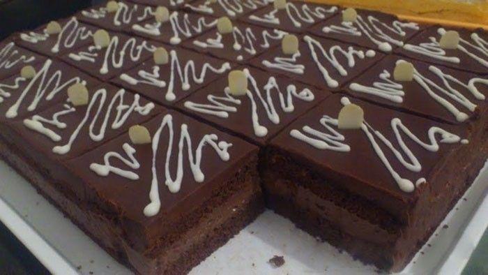 Čokoládový zákusek s čokoládovou polevou na vrchu. Příprava je nenáročná a chuť fenomenální.