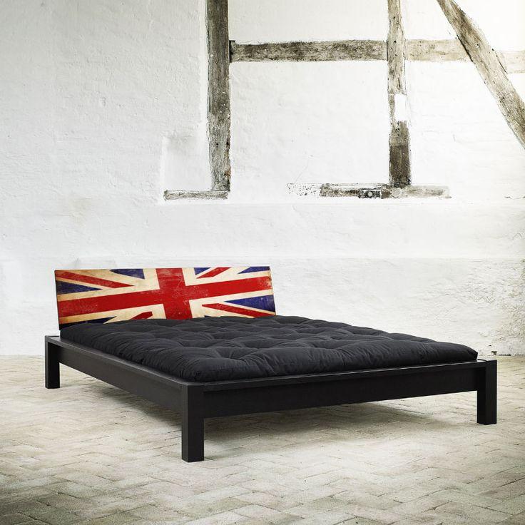Letto Karup TAMI BED Singolo 1 piazza e 1/2 MAXI.  Realizzato in legno di pino massello con piedi classici e testata design Union Jack.
