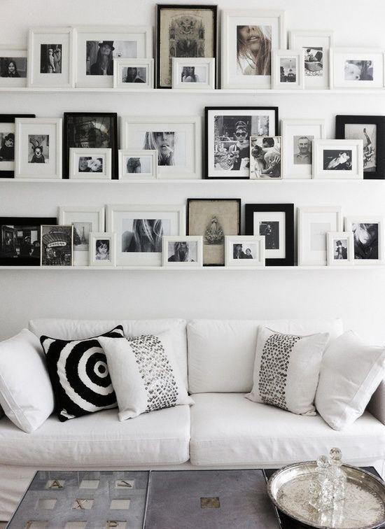Decorar la pared con cuadros sobre baldas