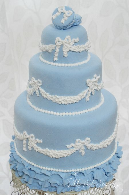 男の子babyのお誕生日に飾りたい、とオーダーいただきましたクレイケーキ。ウェッジウッドのジャスパーのように…エレガントさと可愛さがmixしたケーキです♪