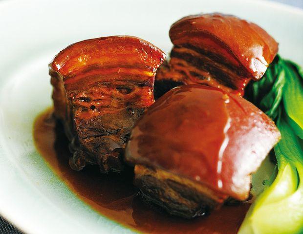 とろけるような食感に脂の甘みと八角の香りで、これぞパーフェクト!な中華風豚の角煮『東坡肉(トンポーロー)』の作り方をご紹介。ゆで→焼き→煮込み→蒸すの4段階で、手間と時間をたっぷりかけたおいしさを実現。