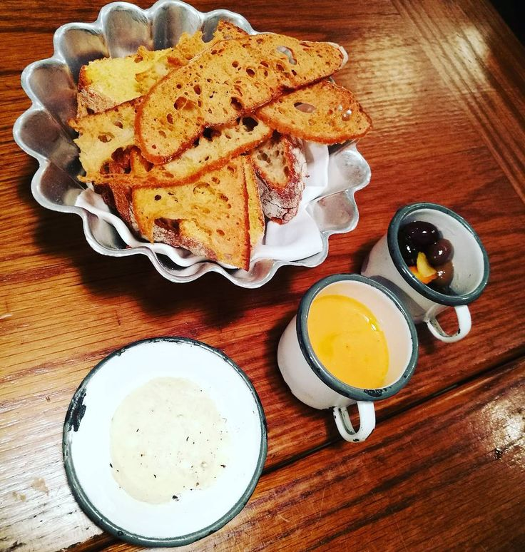Olivas maceradas, salmorejo y mantequilla con trufa #food #yum #instafood #yummy #amazing #instagood #dinner #lunch #breakfast #fresh #food #delish #delicious #eating #foodpic #foodpics #eat #hungry #foods #cocktail #wine #cocktails #oporto #portugal #estrellas #michelin #joseavillez