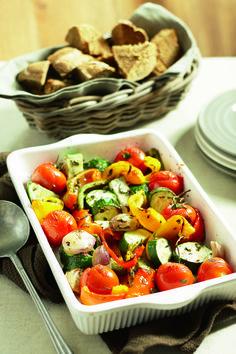 Paprika, rode ui, courgette in ovenschaal. Geitenkaas en honing erover (evt. walnoten), 20 min 160 C. Laatste 10 minuten de tomaten erbij.