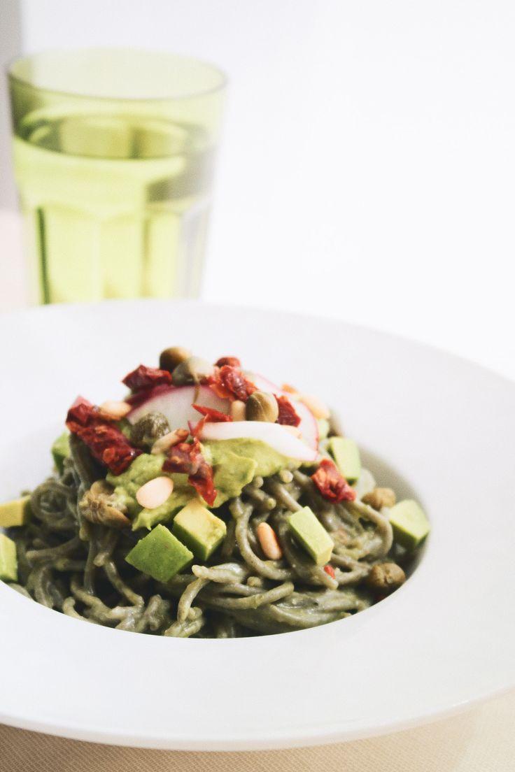 Pasta Verde con Aguacate y Tomate Seco
