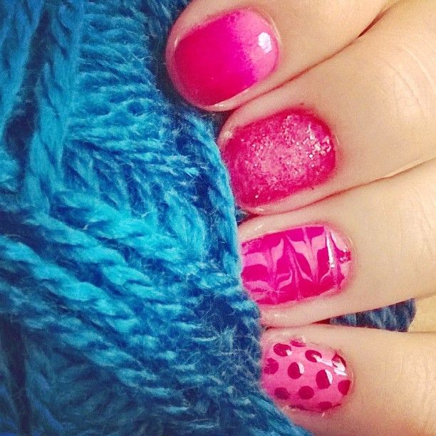 #nails #nailart #nailpolish #pink #yarn #blue #glitter #fun #DIY #easy #girly #madebyme #ombre #dotted #dottingtool #experiment #colorful #gøy #tidsfordriv #fhsliv #Nordhordlandfhs #addicted #to #this 💅