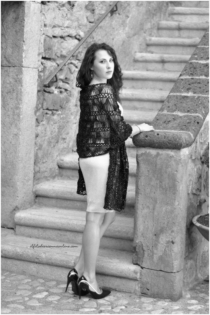 Stola elegante, in lana sottile con lurex lavorata a #Forcella sarà protagonista del nostro Knit-Crochet e...Dolci. #ilfilodiariannaonline @klaratach @gelsominasimone