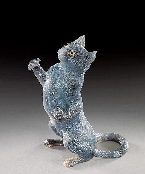 АГАТОВЫЙ КОТ РЕЗЬБА.  Исполнитель: Герд Дрейер.  Полупрозрачный серо-голубой агат. Персидский голубой кот с золотыми глазами - 5 3/8 дюймов высотой и сопровождается сером поле плюша покрытие.  AGATE CAT CARVINGNatural History Auctionby I.M. ChaitMarch 21, 2009 New York, NY, USA