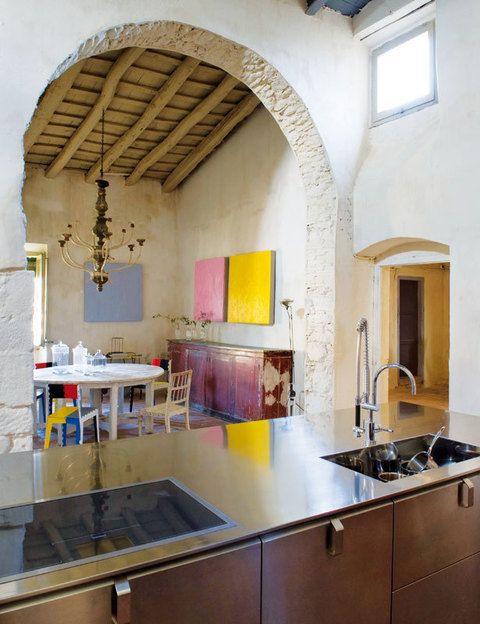 El mobiliario de la firma Dada convive en la cocina con obras de Teo Soriano, en la Galería Miquel Alzueta, un aparador francés del s. XIX, silla sueca del s. XVIII y sillas plegables Stitch de Cappellini.