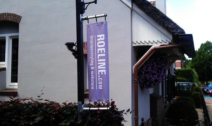 Dubbelzijde banner, tegen een paal gemonteerd
