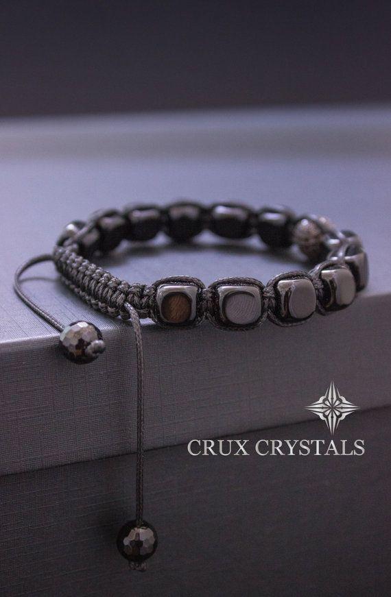 * Premium Collection Crux cristaux *  Fabriqué à la main de lhomme / Unisexe Shamballa Bracelet fait de 8-9 mm perles en forme de Cube noir poli Onyx, combinés avec cordon de shamballa noir ciré. Comme un accent le bracelet a une perle noir Micro pavé de zircons dans le milieu et se termine avec deux perles à facettes noir Onyx comme bouchons (Sil vous plaît, agrandissez les photos pour une meilleure résolution et plus de détails)  Note : Bracelets pour tous les hommes peuvent être faites en…