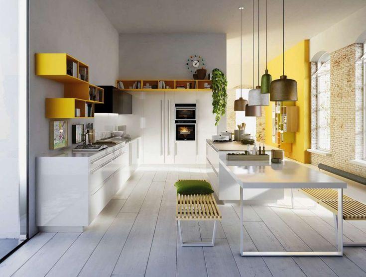 Cucina con pareti dipinte di giallo.