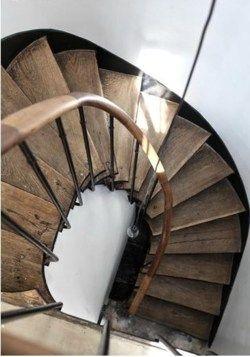 / / Vieil Escalier Bois / / Mat / / Noir, Blanc & Bois / / Tournant / / Balustrade / /