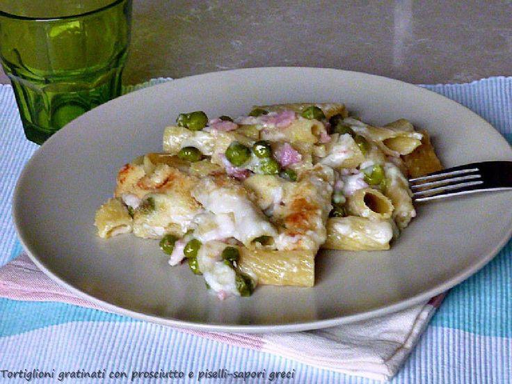 Τα τορτιλιόνι ογκρατέν με ζαμπόν και αρακά είναι ένα πρώτο πιάτο πολύ νόστιμο και πλούσιο, ούτως ώστε μπορείτε να το σερβίρετε ως κύριο πιάτο, συνοδευόμενο μόνο με μια ανάμικτη σαλάτα.