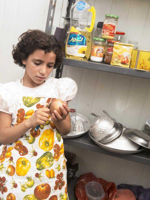 """Mi piace cucinare e amo aiutare la mia famiglia in cucina, però non mi piace pulire le cipolle perchè mi fa venire da piangere.""""  Aya, 11 anni, adora le torte."""
