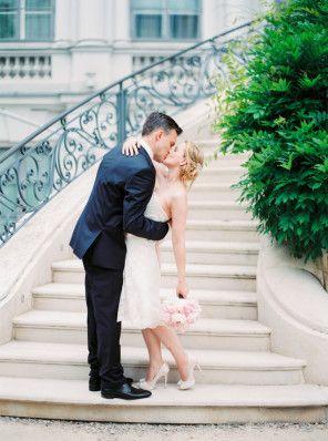 Der perfekte erste Kuss  | Foto von Michelle Mock Photography | www.hochzeitsplaza.de/real-weddings | #hochzeit #hochzeitsplanung #kurzesbrautkleid #braut #firstlove
