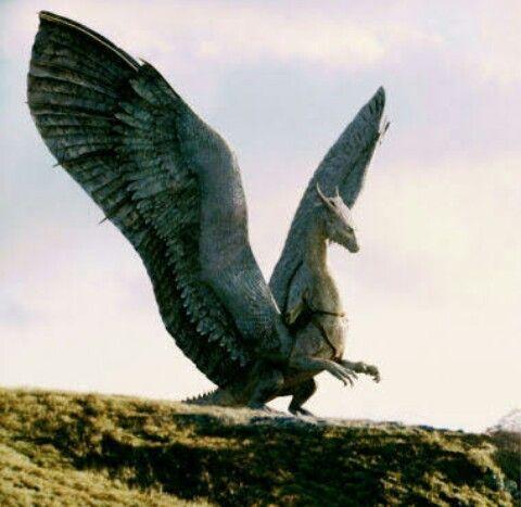 Safira. Deze vriendelijke blauwe draak kun je vinden in het (verfilmde) boek Eragon van Christopher Paolini.  Foto is screenshot van de film Eragon.
