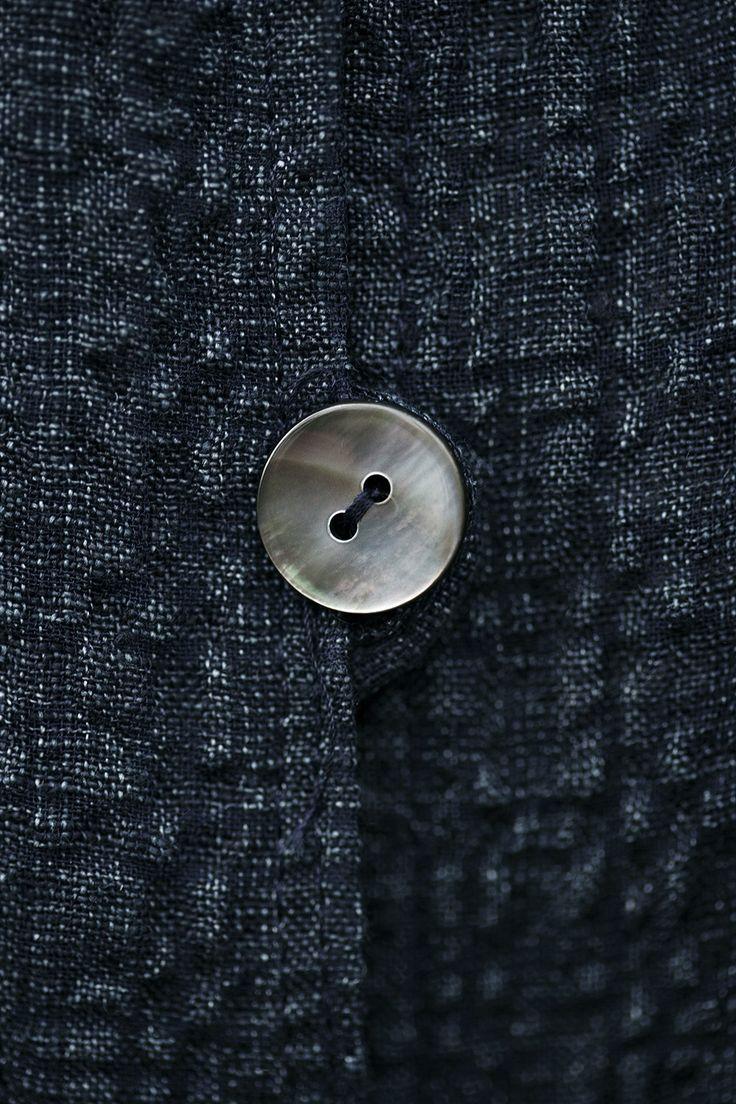 Lækker hørskjorte i buklet og eksklusiv kvalitet. Skjorten var noget af det første vi designede, da rullen med stof, kom ind af døren – materialet var som skabt til denne skjorte. Skjorten har kimonoærme, fint placerede mørke perlemors knapper og et oversize udtryk, der er meget klædeligt.