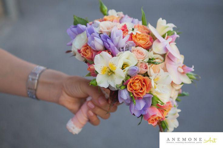 Buchet mireasa rotund in culori pastel vedere din lateral, din orhidee phalaenopsis, frezii, minirosa, ornitogallum, lisianthus, alstroemeria, maner roz.