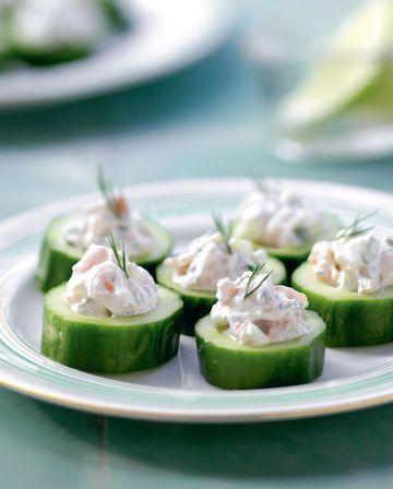 petites tartelettes de concombre découpé en rondelles pour accueillir une délicate noisette de crème et de saumon.