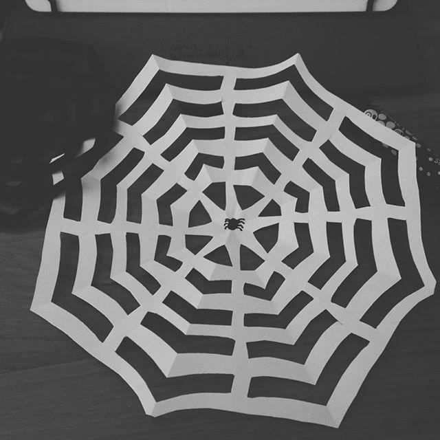#découpage déco #halloween #toilearaignée #araignée 🕷#vacances des loulous #pinterest on s'occupe. Bonne journée 😀