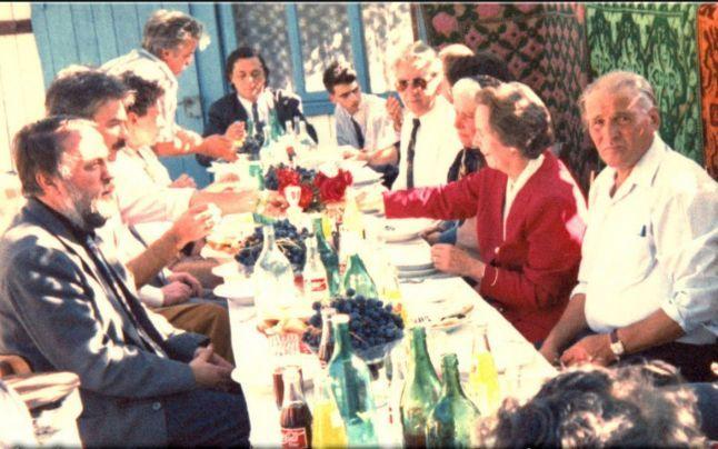 Fotografii-document cu Regina Ana. În 1995, venită în ţară fără Regele Mihai, a mâncat la masa unor ţărani din Galaţi