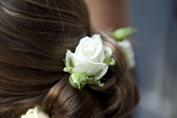 Ik hou van echte bloemen in het haar!!! #bloemen#bruidskapsels#bruid#kapsels