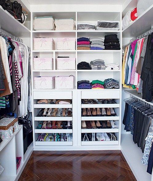 Anexo à suíte principal, o closet rico em divisórias e todo em branco se destaca…