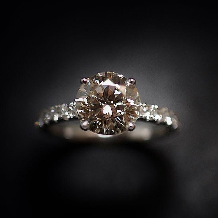 à vendre : 11000€ solitaire en or gris 18 Cts avec Diamant naturel taille brillant de 2.26 Cts serti 4 griffes  Couleur : K (Légèrement teinté)  Pureté : SI1 (petites inclusions)  diamètre pierre 8.6 mm  et de diamants brillants  soit 0.55 Cts H-VS  poids : 3.70 gr  Taille 53/54  Livré avec certificat de laboratoire LFG  mise à la taille offerte Prix Neuf Diamant : 15877€ Prix de la monture : 1800€