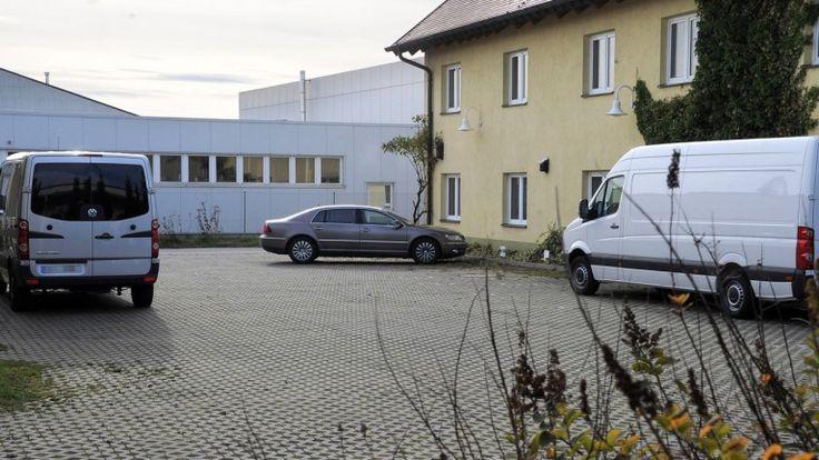 Vom Hof dieses Bestattungs-Fuhrunternehmens wurden die Transporter samt zwölf…