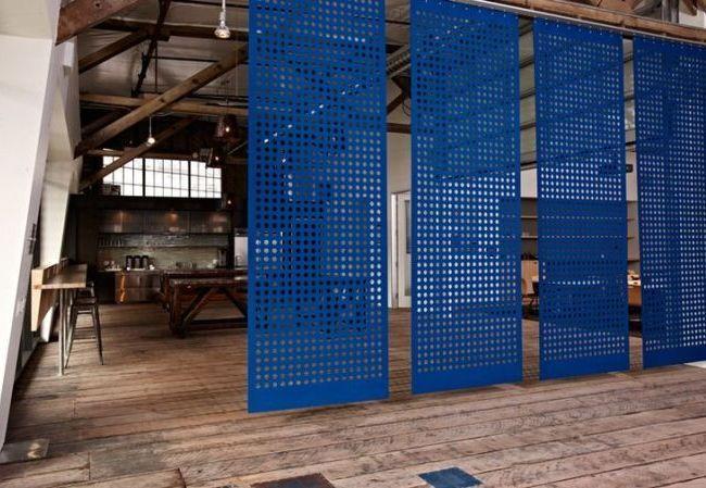 Раздвижные межкомнатные двери (63 фото): комфорт и функциональность http://happymodern.ru/razdvizhnye-mezhkomnatnye-dveri-44-foto-komfort-i-funkcionalnost/ Синие перегородки в стиле модерн