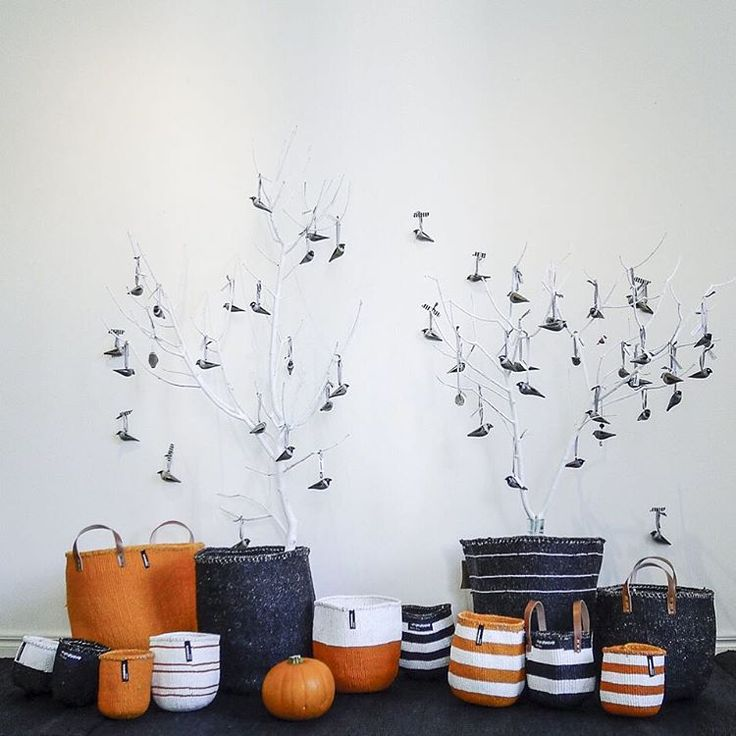 BOOOOO! It´s Halloween soon and time for spooks, pumpkin lanterns, tricks and treats . Pumpkin colored Kiondos and black and grey jackdaw birds are great for Halloween decor!  Say boo and scare on!