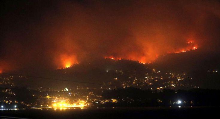 Uno de los treinta incendios forestales que arrasan la comunidad gallega se acerca al municipio de Redondela, de los que diecisiete permanecen activos, con una situación de riesgo real para la población en once puntos repartidos entre las provincias de Lugo, Ourense y Pontevedra.