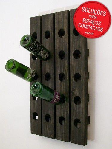 Olha que bacana essa ideia. Uma parede livre, uma placa de madeira com furos para você encaixar a garrafa e voilá: temos uma adega suspensa.
