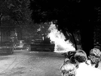 """Im Sommer 1968 bereitet der Einmarsch von Truppen des Warschauer Paktes dem """"Prager Frühling"""" ein gewaltsames Ende. In den Straßen der tschechoslowakischen Hauptstadt kommt es zu heftigen Auseinandersetzungen mit den Besatzungstruppen."""