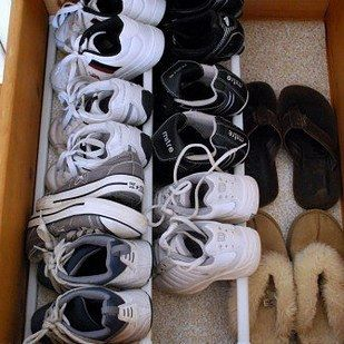 Transform a drawer into a shoe cabinet with the help of four tension rods.
