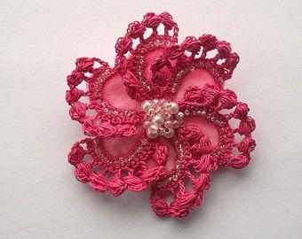 Questa deliziosa istruzione sarà accento qualsiasi vestito.  Ho fatto questa spilla con filo di cotone 100%. Il fiore ha 4 round di petali dando un bel fiore completo. Questa spilla è sostenuta con feltro e una spilla.  Avete la scelta di un cordone di perle o strass al centro del fiore. Siete pregati di notare che questo è per una spilla.  Il fiore misura circa 3: 2/8(8 cm) di diametro.  Siete pregati di notare che potrebbero esserci lievi variazioni come essi sono fatti a mano  Ho più…